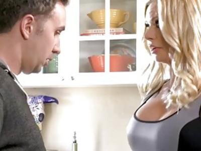 Stepmom MILF Briana Banks oral sex and kitchen fuck